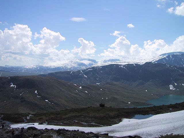 Города мы повидали достаточно. Перенесемся теперь на лоно норвежской природы. Севернее. Ётунхайм. Горы, снег и облака