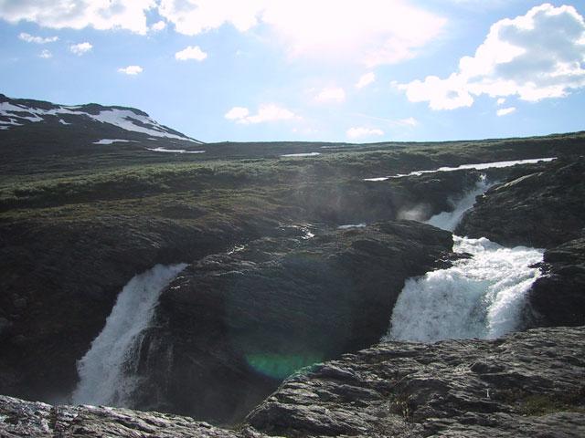Лучи холодного солнца играют и отражаются в брызгах маленького водопада, придавая обстановке весеннюю живость