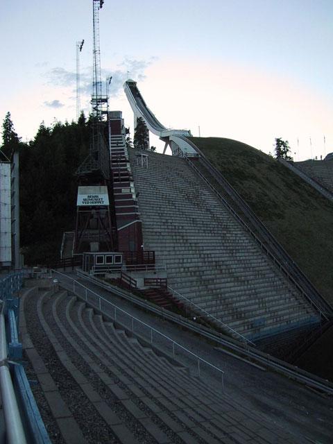 Полазаем по самому высокому лыжному трамплину и сфотографируемся рядом с самыми древними лыжами в музее лыж