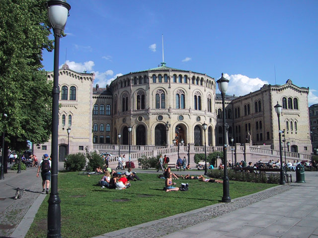 Позагораем на скамейке перед зданием норвежского парламента (Стуртинга)