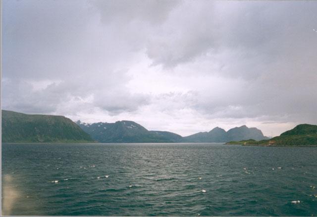 Устав ходить по городу, сядем на небольшой пароход, который развозит почту и продукты по близлежащим островкам, и проникнемся величием Северного моря