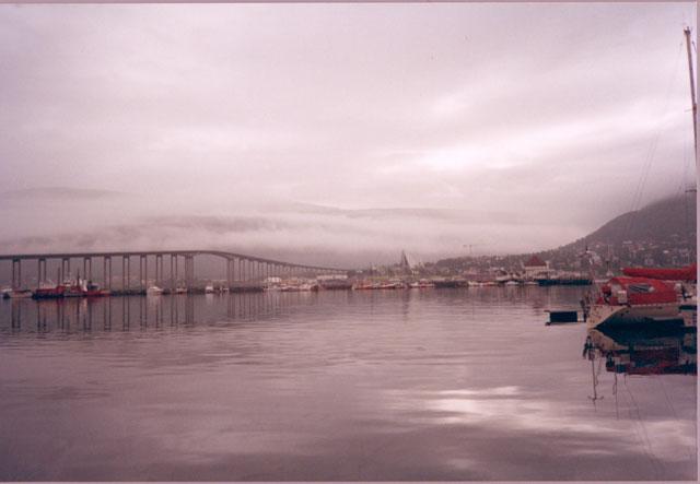 Убедившись в том, что природа — это одно из лучшего, что есть в Норвегии, отправимся дальше — на север! За полярный круг. Город Трумсё. Очень длинный подземный туннель и очень длинный мост. Если ходить пешком, быстро устаешь. В этом городе находится самый северный университет Европы