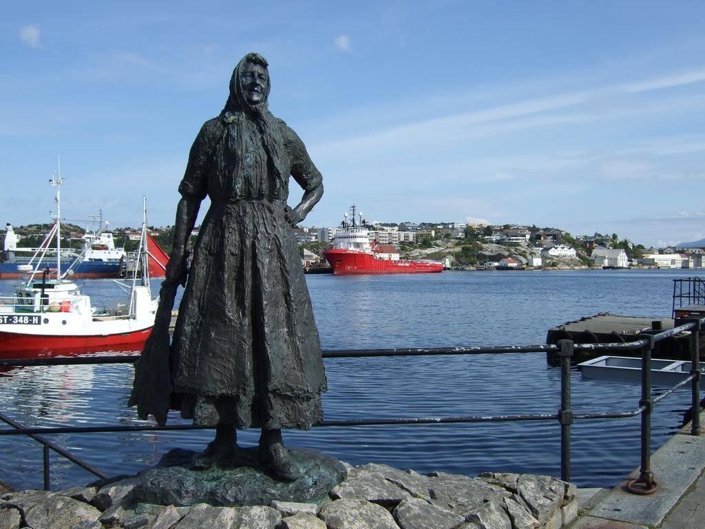 Памятник женщине, моющей треску
